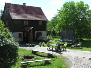 Terrasse, Trampolin und Feuerstelle